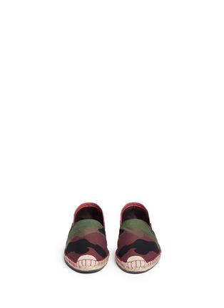 模特儿示范图 - 点击放大 - Valentino - 迷彩拼贴麻编平底鞋