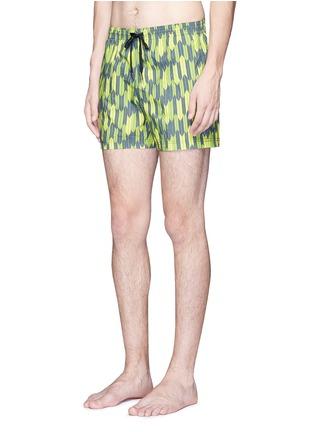 模特儿示范图 - 点击放大 - DANWARD - 拼色叶纹游泳短裤