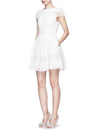 模特示范图 - 点击放大 - ALICE + OLIVIA - IMANI修腰镂空连衣裙