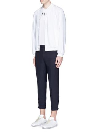 模特儿示范图 - 点击放大 - NEIL BARRETT - 拉链造型装饰八分裤