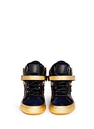 模特儿示范图 - 点击放大 - GIUSEPPE ZANOTTI DESIGN - LONDON鳄鱼纹金属搭扣高筒运动鞋