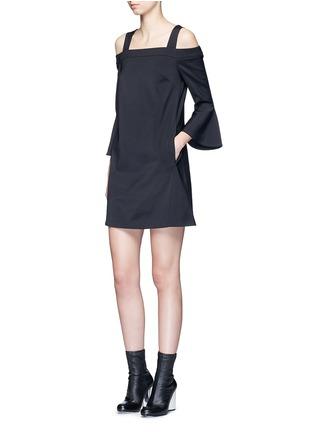 模特示范图 - 点击放大 - TIBI - 镂空喇叭袖露肩连衣裙