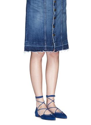 模特儿示范图 - 点击放大 - STUART WEITZMAN - GILLIGAN尖头系带平底鞋
