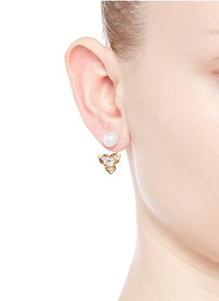 模特示范图 - 点击放大 - CZ BY KENNETH JAY LANE - 花卉造型方晶锆石垂坠耳环