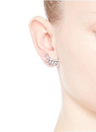 模特示范图 - 点击放大 - CZ BY KENNETH JAY LANE - 枝叶造型方晶锆石耳环
