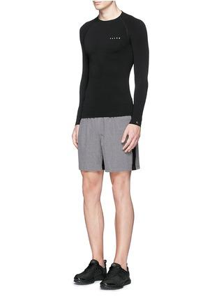 模特儿示范图 - 点击放大 - FALKE - 弹性运动长袖T恤