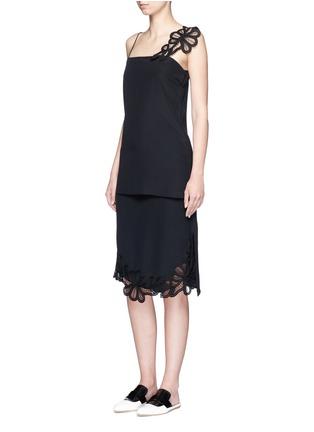 模特示范图 - 点击放大 - VICTORIA BECKHAM - 花卉蕾丝装饰真丝吊带上衣