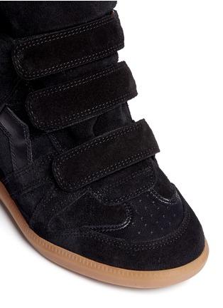 细节 - 点击放大 - ISABEL MARANT ÉTOILE - 绒面小牛皮拼接内置坡跟运动鞋