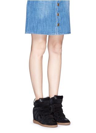 模特儿示范图 - 点击放大 - ISABEL MARANT ÉTOILE - 绒面小牛皮拼接内置坡跟运动鞋