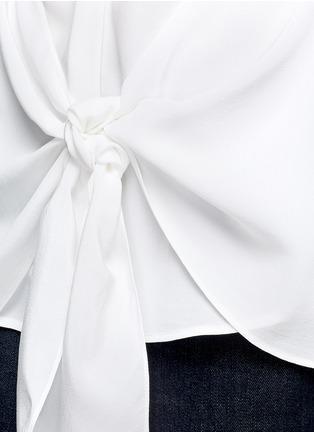 细节 - 点击放大 - THEORY - 扭结装饰无袖真丝衬衫