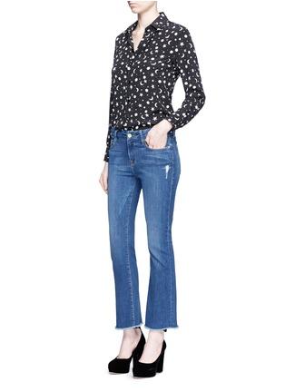 模特示范图 - 点击放大 - FRAME DENIM - LE CROP MINI BOOT水洗须边喇叭牛仔裤