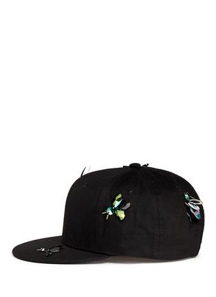 模特儿示范图 - 点击放大 - PIERS ATKINSON - 昆虫造型装饰鸭舌帽