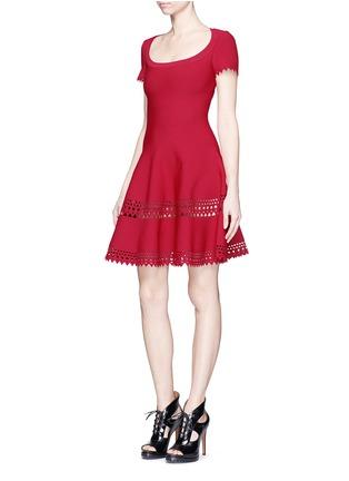 模特示范图 - 点击放大 - ALAÏA - Vienne镂空几何图案喇叭连衣裙