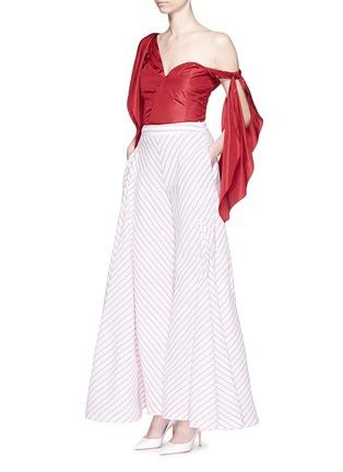 模特儿示范图 - 点击放大 - ROSIE ASSOULIN - 条带装饰塔夫绸上衣