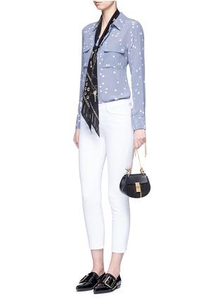 模特儿示范图 - 点击放大 - EQUIPMENT - SLIM SIGNATURE星形印花真丝衬衫