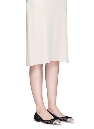 模特儿示范图 - 点击放大 - JIMMY CHOO - DOROTHY植绒波点网状尖头平底鞋