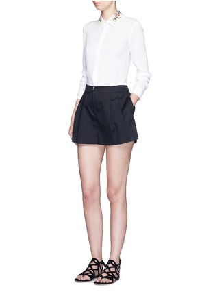 模特儿示范图 - 点击放大 - alice + olivia - 花卉刺绣衣领绉绸衬衫
