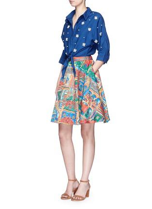 模特示范图 - 点击放大 - ALICE + OLIVIA - EARLA风景印花褶裥半身裙