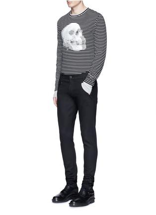 模特儿示范图 - 点击放大 - ALEXANDER MCQUEEN - 双影骷髅头图案纯棉条纹长袖T恤
