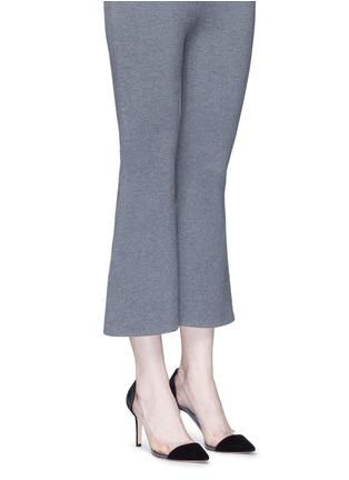 模特示范图 - 点击放大 - GIANVITO ROSSI - Plexi 85 PVC拼接天鹅绒高跟鞋