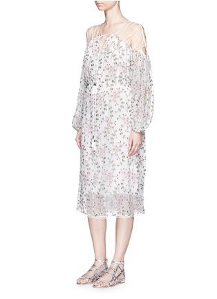 模特儿示范图 - 点击放大 - ZIMMERMANN - 花卉刺绣交叉细肩带真丝连衣裙