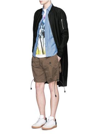 模特示范图 - 点击放大 - DSQUARED2 - 抽绳大口袋短裤