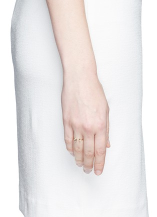 模特儿示范图 - 点击放大 - LAMA HOURANI JEWELRY - 钻石镶嵌18k金戒指