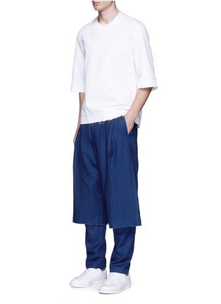 模特儿示范图 - 点击放大 - FFIXXED STUDIOS - 中性款七分阔腿裙裤