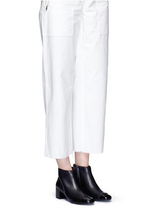 模特儿示范图 - 点击放大 - TORY BURCH - JOLIE漆皮拼接粗跟短靴