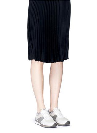 模特示范图 - 点击放大 - MICHAEL KORS - ALLIE拼接镂纹压纹运动鞋