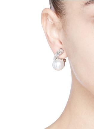 模特示范图 - 点击放大 - KENNETH JAY LANE - 仿水晶人造珍珠夹式耳环