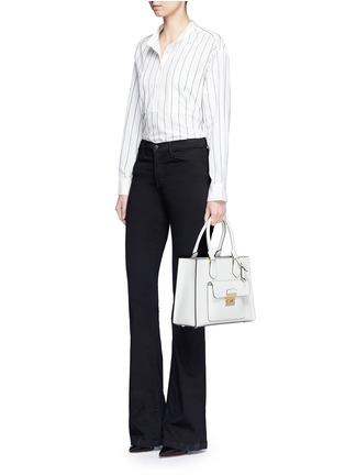 模特儿示范图 - 点击放大 - MICHAEL KORS - Bridgette中号十字纹真皮手提包