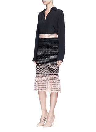 模特儿示范图 - 点击放大 - ALEXANDER MCQUEEN - 编织纹理渐变鱼尾半身裙