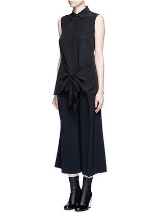 模特儿示范图 - 点击放大 - THEORY - 扭结装饰无袖真丝衬衫